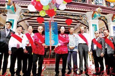 林冠英(左5)、谢瑞发(左4)、槟地方政府委员会主席曹观友(左2)、谢福坤(左3)、安华法兹(右4)和其他嘉宾,一同主持落成开幕。