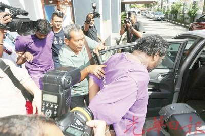 打巴连环命案主嫌犯父子周三获推事批准延扣调查21天至本月29日后,被警方押离怡保推事庭。