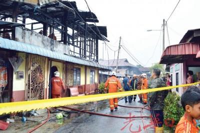 火势扑灭后,双层房屋已面目全非。