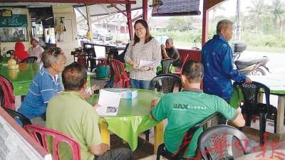 蔡依霖向十八丁居民询问对重组村的认识。