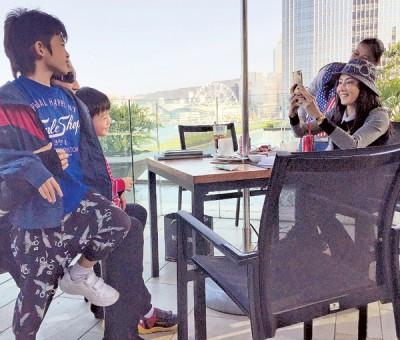 张柏芝带两儿和谢贤相聚。