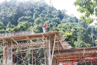 巴刹另一部分的工程仍有员工在进行建筑工作。