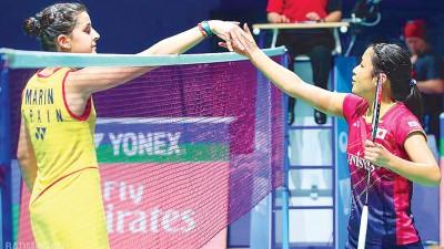 女单世界冠军卡罗丽娜玛琳(左)战败后仍与大方的奥原希望握手致意。