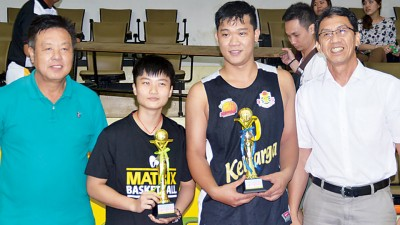 男子组最有价值球员林志松(右2)与女子组最有价值球员陈慧蓉(左2)领奖后与颁奖人黄坤荣(左1)及罗斯兰(右1)合影。