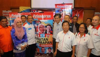 莫哈末沙布(前排左起)、努鲁依莎、伊德里斯阿末、蔡添强及陈国伟推介吉隆坡联邦直辖区希联正式成立。