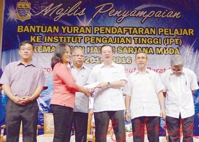 林冠英(右3)在左起首长政治秘书黄汉伟、槟第二副首长拉玛沙米、第一副首长拿督拉昔和槟行政议员拿督阿都马烈陪同下,颁发援助金予受惠学生的家长。