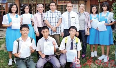 考获可以成绩的学童跟董家协及校长合照,后排左3从副校长黄厚赐、称董事长黄昌良、代表校长罗进钟、同小协理事黄佩湘。