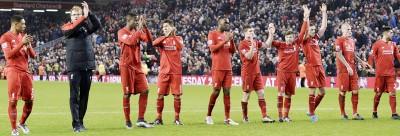 利物浦主帅克洛普(左2)赛后带领红军众将致意,队长亨德森(右3)在这场平局的比赛中传射建功。(法新社图片)