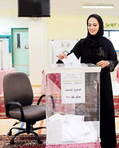 沙国上周举行市议会选举,首次开放女性参选与投票。(法新社照片)