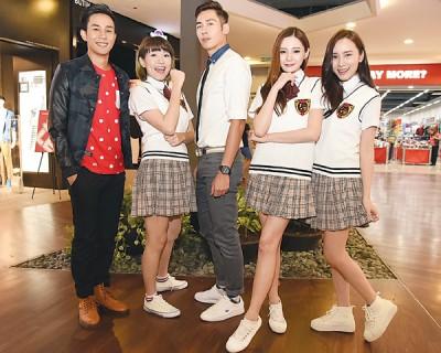 《扮熟少女》导演之一的陈立谦(左起)率领一班新生代演员弯弯、朱俊丞、黄诗棋及江倩龄为电影进行首波宣传活动。