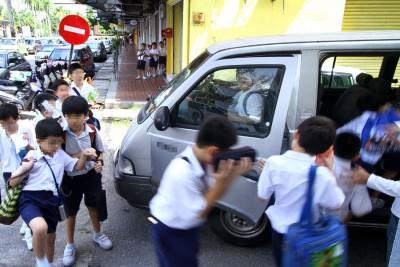 槟州非法学生客货车载学生问题,起逐年明显增多的情景。