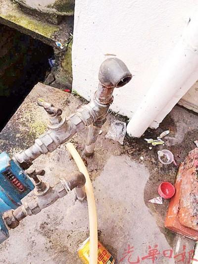 铜制水喉表被偷走后,对居民造成诸多不便。闭路电视显示,毛贼单独行事。