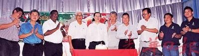 峇眼国会选区社委同人为12月份生日的林冠英、彭文宝及丹纳庆生。