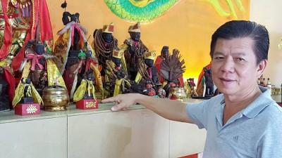 王成发指着3尊失而复得的神像,已安坐在神瓮上。