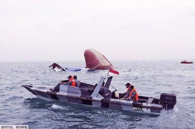 印尼救援人员在事发海域搜寻失踪船员。