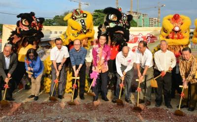 廖中莱(左5)与蔡金星(左4起)和叶志芳等人,为慈孝庙进行动土仪式。
