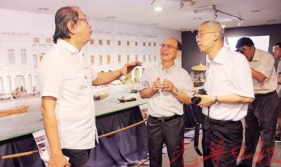骆锦地(左)及吴文宝与杜宇新(右)分享孙中山创办的《光华日报》的历史。