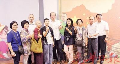 杜宇新(左3)、骆锦地(右5)、田野(右起)吴文宝与中国大陆游客一同在「伍连徳3D壁画」前合照。