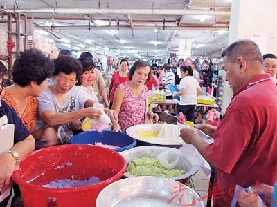 小贩指消费者购糯米粉搓汤圆反应佳。