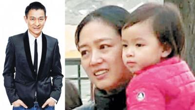 刘德华带妻小到日本度假,保镳阵仗浩大。香港《壹周刊》今天4月拍到刘德华女儿。