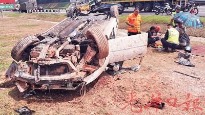 车子在高速公路车轮爆胎翻覆。