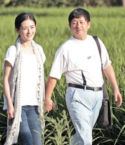 谢娜因为愧疚没有陪伴父亲的10年官司,决定上节目一圆父亲心愿。