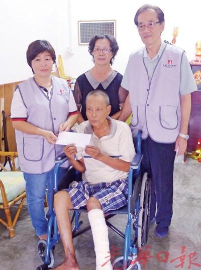 许燕珠(左1)移交义款予陈秉富,陈雅福(右1)见证。右2为潘春梅。