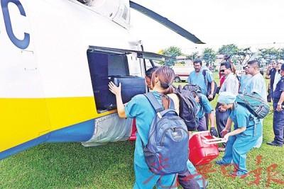 医护人员小心翼翼把捐献器官搬上直升机。