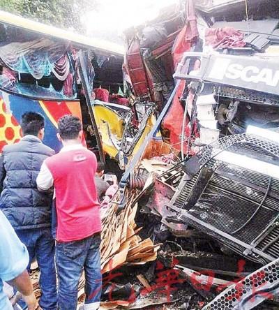 长巴的右侧车身及罗里车头在车祸后毁坏不堪。