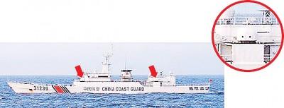 """号""""31239""""陆海警船周六上钓鱼岛海域,该轮搭载疑是机关炮的设施(箭头)。"""