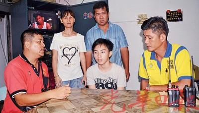 吴振成(左)和陈忠和(右)向黄健鸿了解事发经过。后左起叶素端和黄福盛。