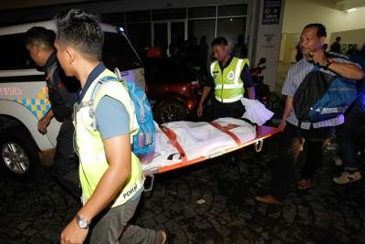 警员把死者遗体抬离现场,送往太平间。