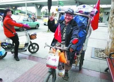 孙翁每天平均骑行11时,夜便于该三轮车上铺木板睡觉。