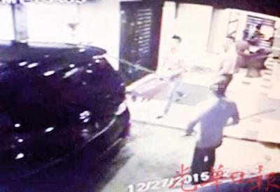 闭路电视拍到3名华裔男子持棍砸车。