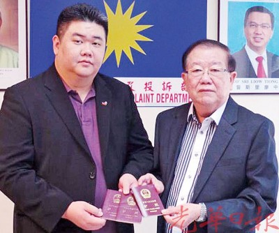 (左起)中国留马同学会会长黄斌与拿督斯里张天赐。