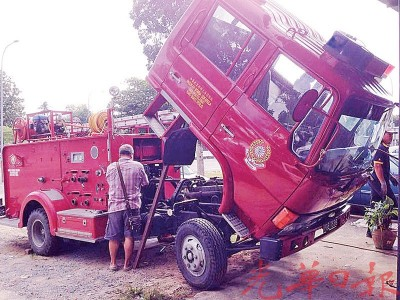加基武吉街会义务消防队队员将消防车送去修理,被其保持最好的状态。