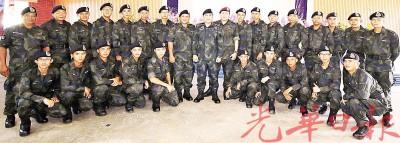 莫哈末弗亚与23名成功结业的华裔警员拍照留念。