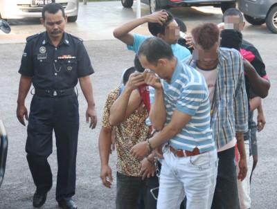 被告詹福隆(前面)今以老山脚法庭被指控偷窃案。