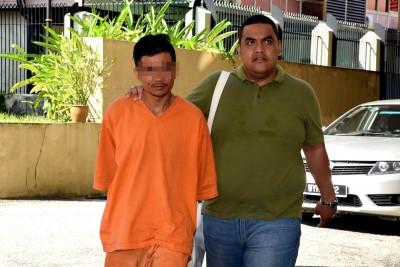 疑犯(左)的4天延长拘留期届满后,星期五(25日)被警员押到雪州八打灵再也法庭,以申请第二度延长拘留。