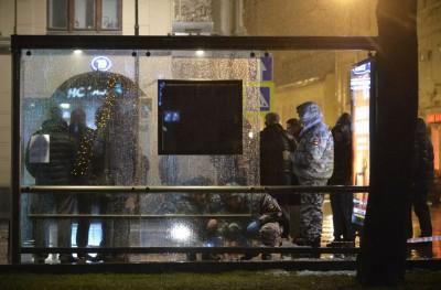 鉴证组人员在案发现场搜证。(法新社照片)