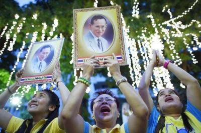 泰王蒲密蓬迎来88岁生日,民众穿黄衣向国王庆贺。(法新社照片)