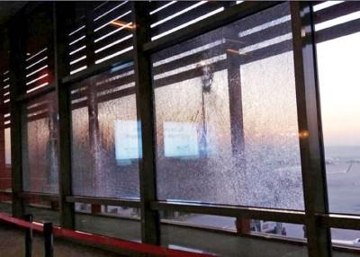爆炸后现场照片,可见玻璃被震碎。