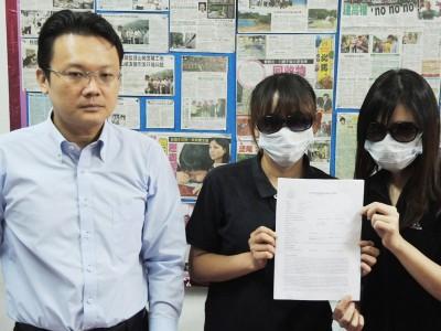 卢夙薇(右一)和周宝娟(右二)展示报案书,左为垄尾区州议员杨顺兴律师。