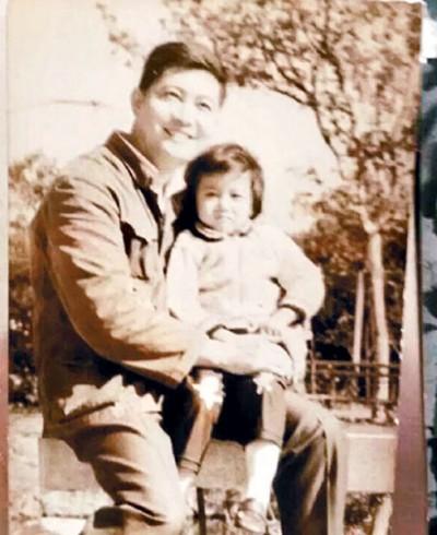 吴绮莉母亲月前逝世,她忆起儿时曾见两面的父亲,上载珍贵旧照并留言抒发感情。
