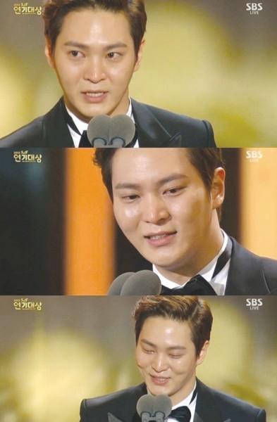 """周元夺下出道以来首个""""年度大奖"""",致词时在台上激动落泪。"""