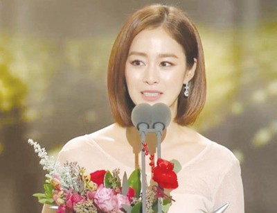 """金泰希抱走""""SBS演技大赏""""迷你剧最佳女主角。"""