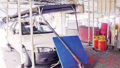 国产威拉轿车撞向早市饮食摊位的桌椅及凉棚铁架。