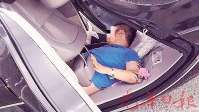 青年司机受困车厢内。