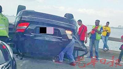 马赛迪轿车翻覆于槟城大桥中央。