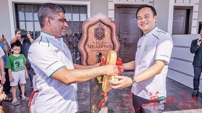 集团首席营运员Dato' S. Rajoo(左)和集团总经理邱德忠为Eco Meadows示范单位主持开幕仪式。